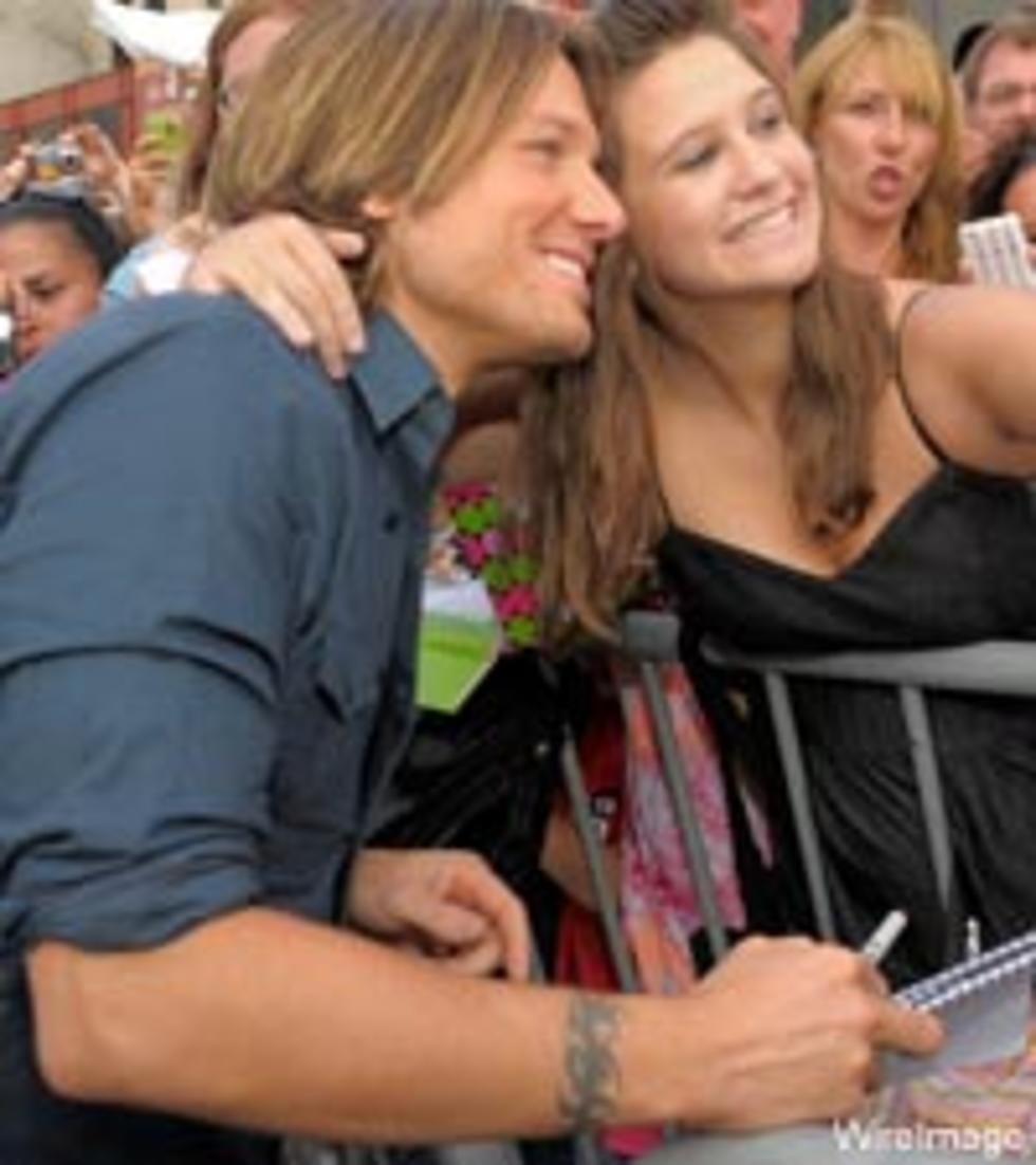 Keith urban hops fence to meet surprised fans m4hsunfo