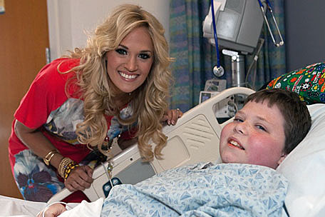 Carrie underwood makes new friends at boston children s for Carrie underwood and miranda lambert friends