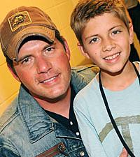 Foto di Rodney Atkins & il suo  Figlio  Elijah Atkins