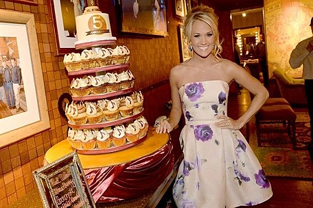 carrie underwood cupcake wedding cake carrie underwood celebrates five years as an opry member 12409