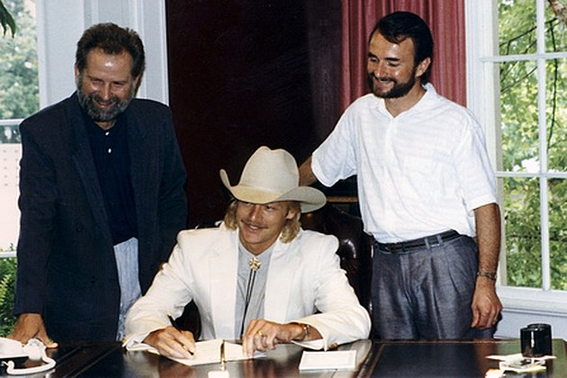 Alan Jackson Signs Contract