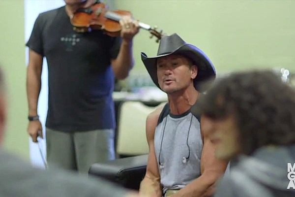 Tim Mcgraw Covers 39 Rose Garden 39 In Tribute To Lynn Anderson