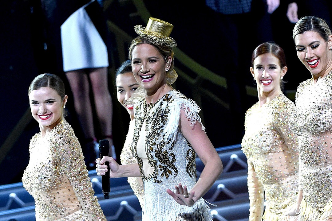 Jennifer Nettles to Host 2016 CMA Country Christmas