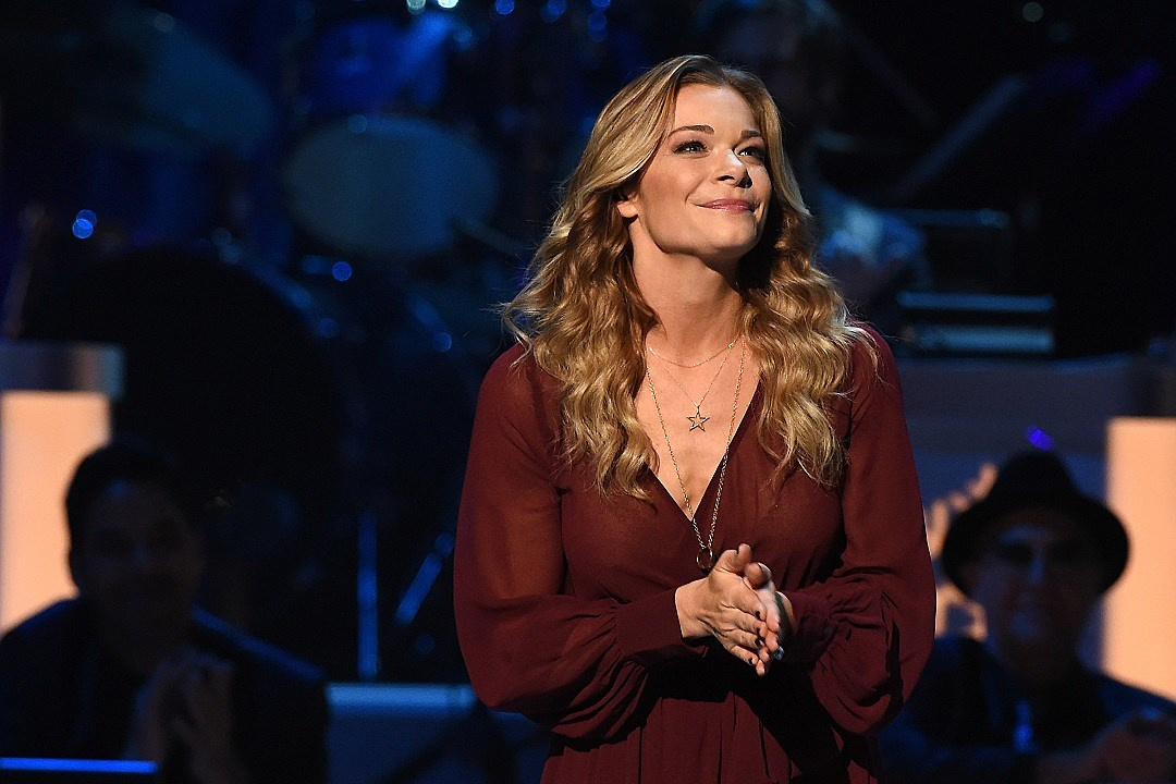 leann rimes stuns with happy xmas at cma country christmas 2015 - Cma Country Christmas 2015