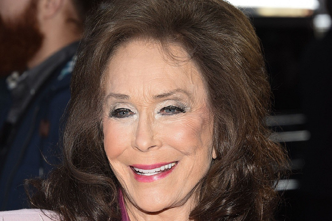 Country star Loretta Lynn hurt in fall, requires surgery