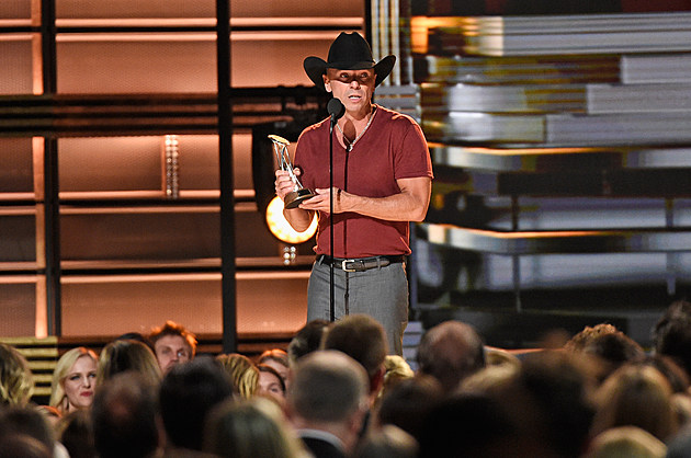 Kenny Chesney 2016 CMA Awards Pinnacle Award
