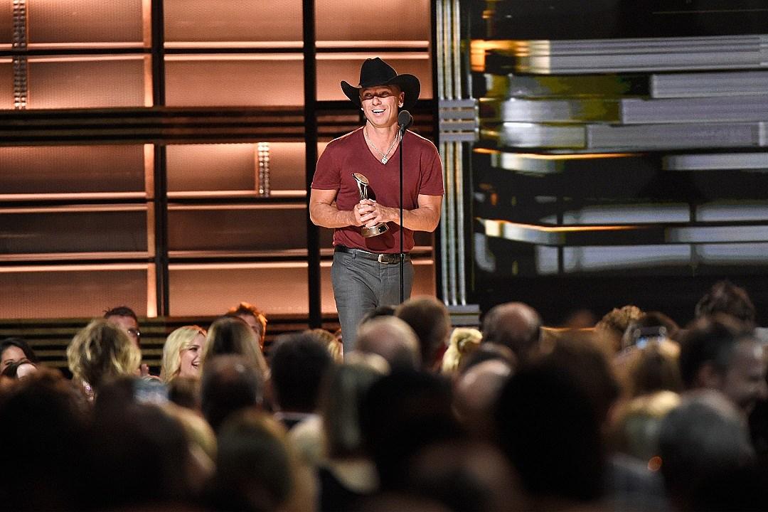 Kenny Chesney Receives Pinnacle Award at 2016 CMA Awards
