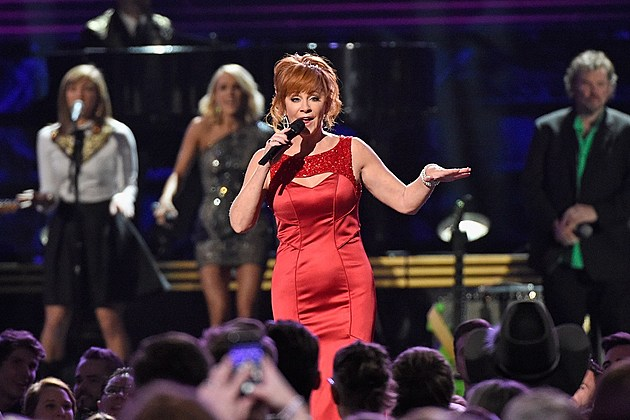 Reba reportedly starring in new 39 southern gothic soap opera 39 for Blake shelton cma awards 2017 performance