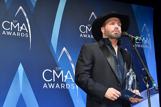 Garth Brooks 2017 CMA Awards lip syncing